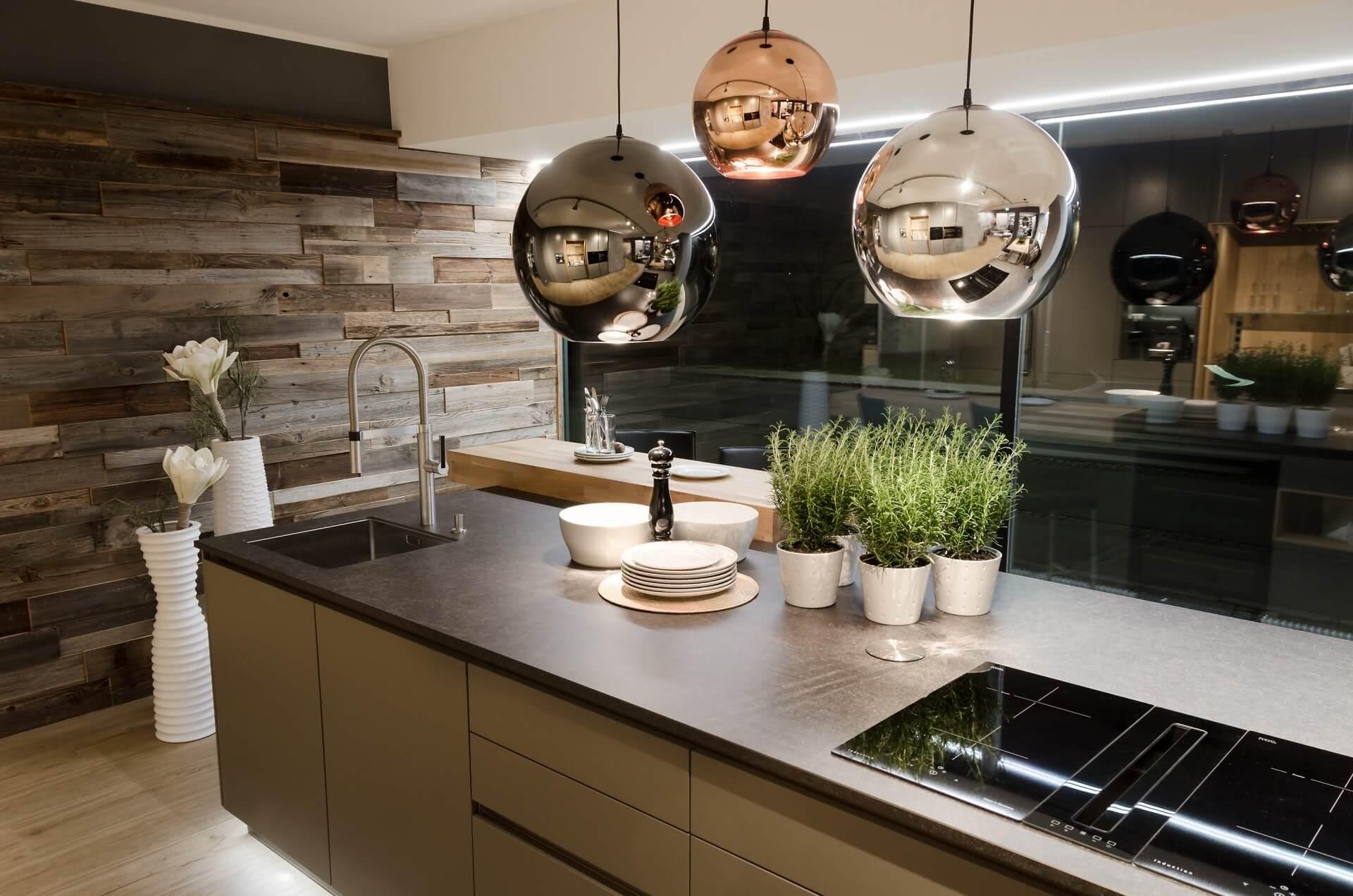 Elegante Küche mit Kugelleuchten