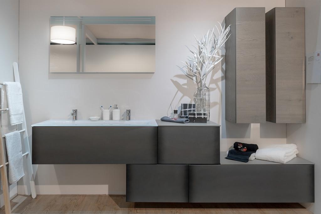 Badezimmer in moderner asymmetrischer Optik