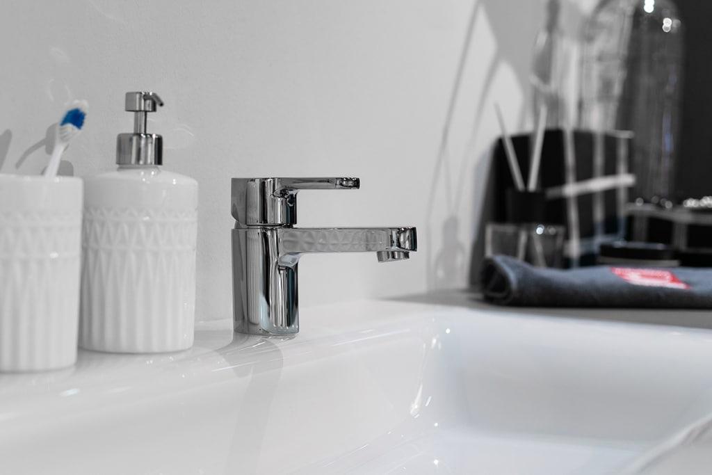 Weißes Waschbecken mit Armatur im Fokus