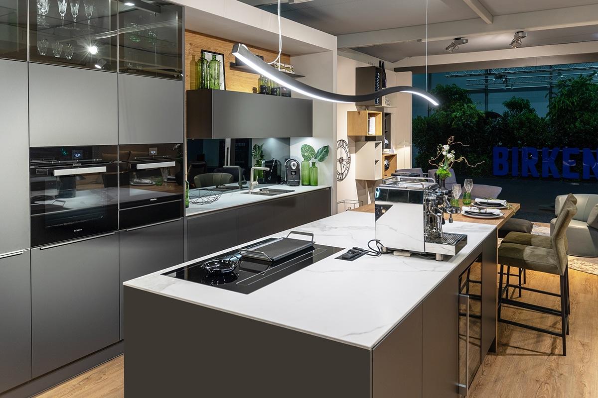 Moderne graue Küche mit eleganter Leuchte