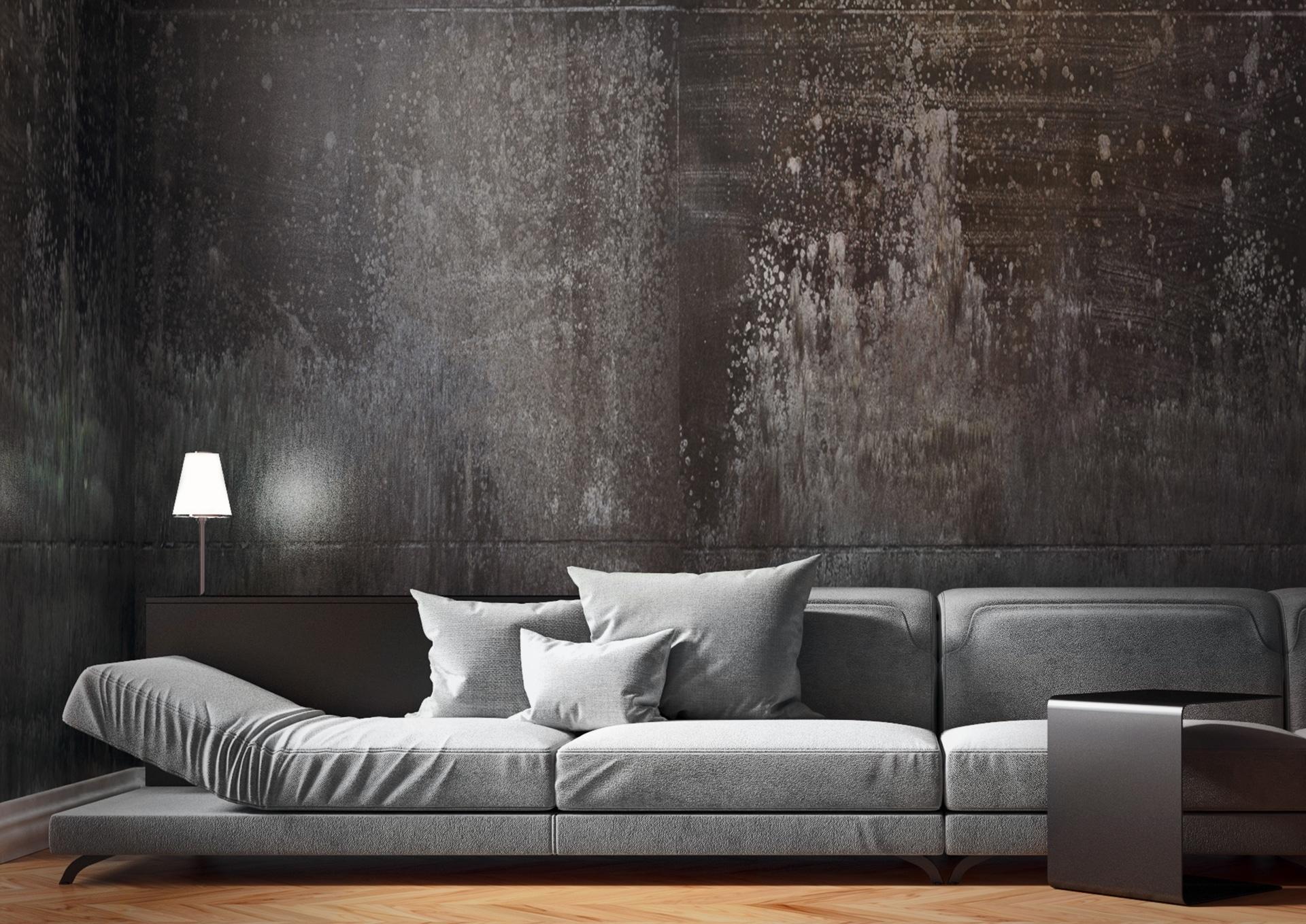 Graue Stoffcouch vor moderner dunkeln Wand