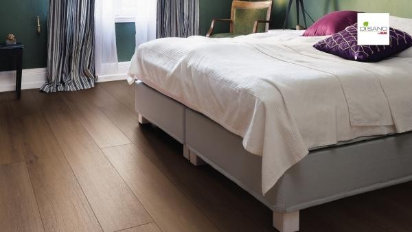 Schlafzimmer mit grünen Wänden und großem Bett