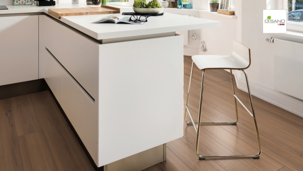 weiße Kücheninsel mit weißem Barhocker