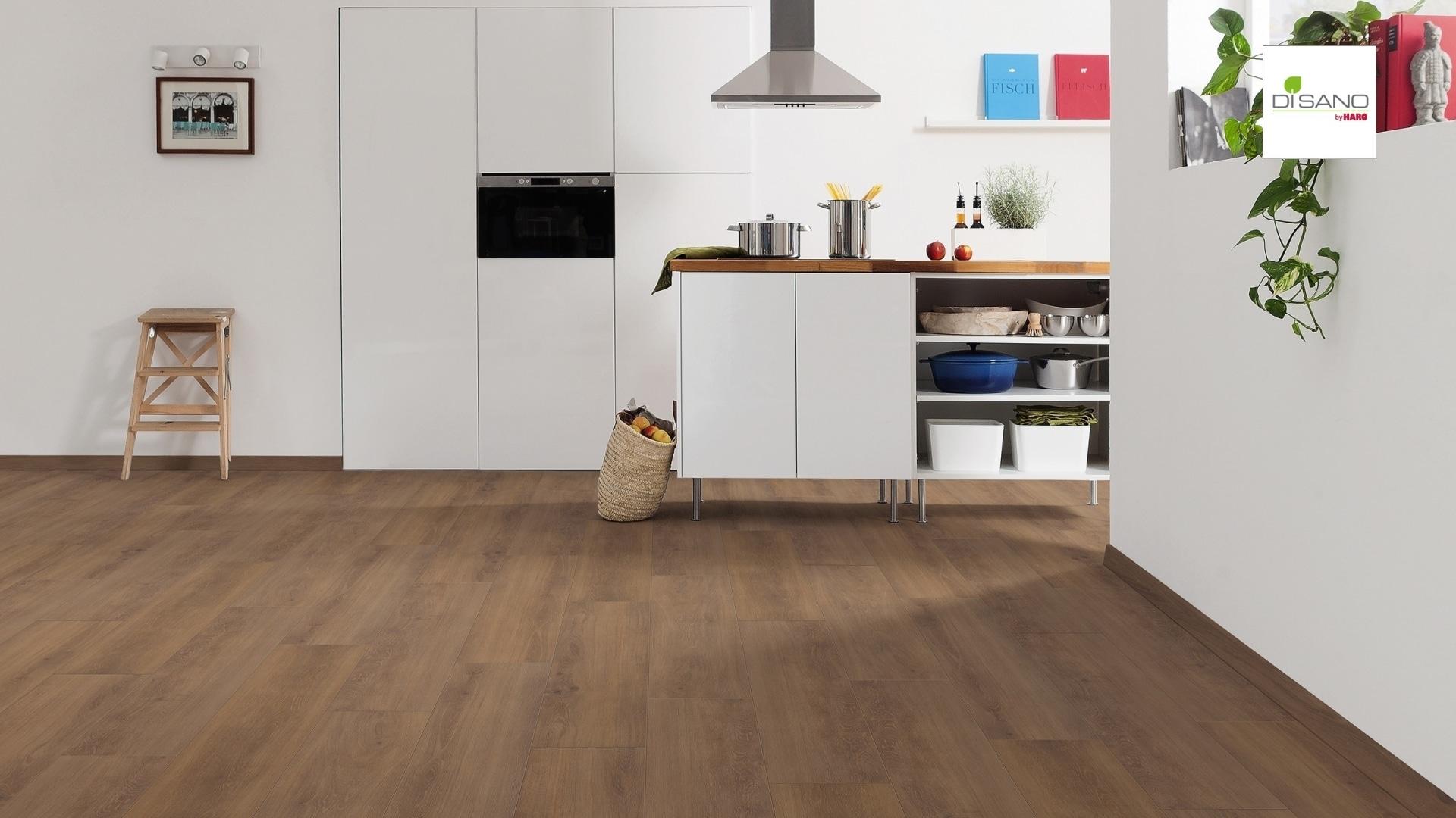 weiße, offene Küche mit dunklem Eichenboden
