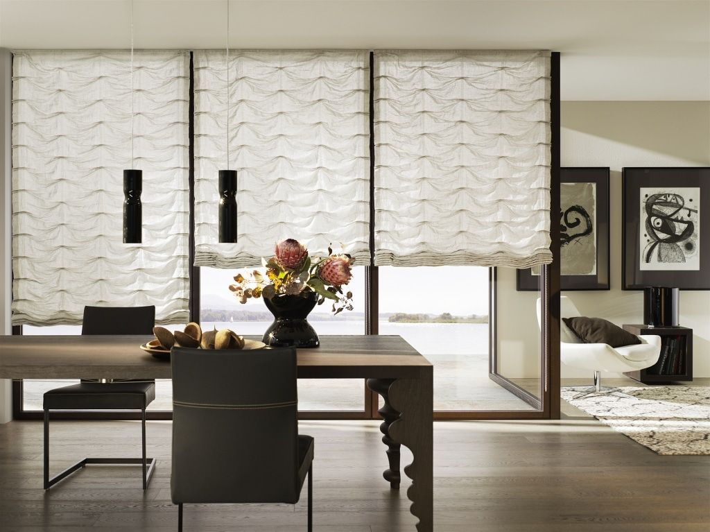 Modernes Esszimmer mit großen Fenster mit Stoffsonnenschutz
