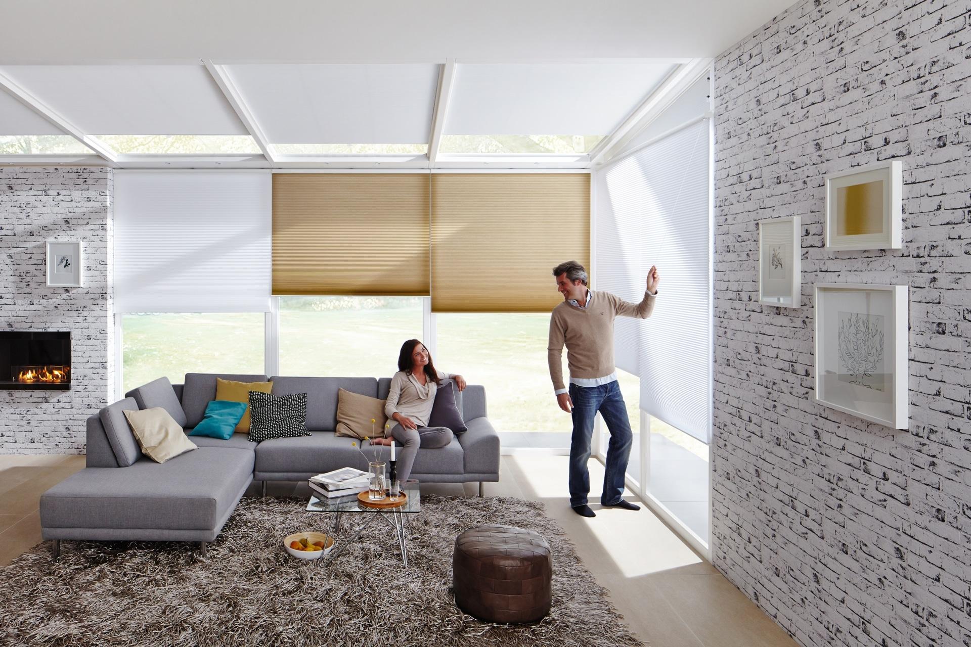 stehender Mann und sitzende Frau im Wohnzimmer