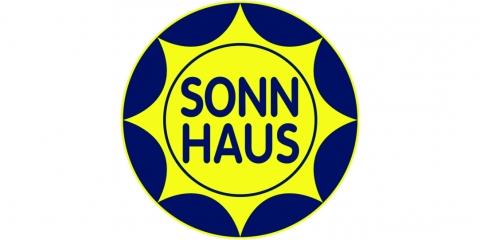 """Blauer Kreis mit gelber Sonne blaue Aufschrift """"Sonnhaus"""""""