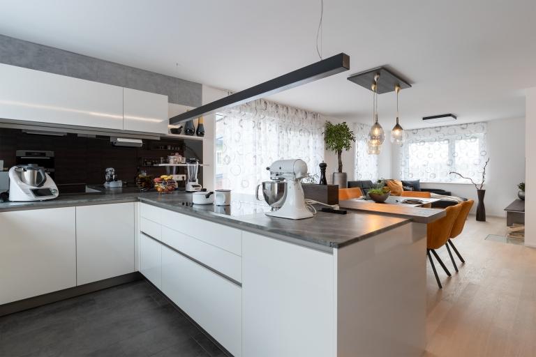 Großer Raum geteilt in Küche und Esszimmer