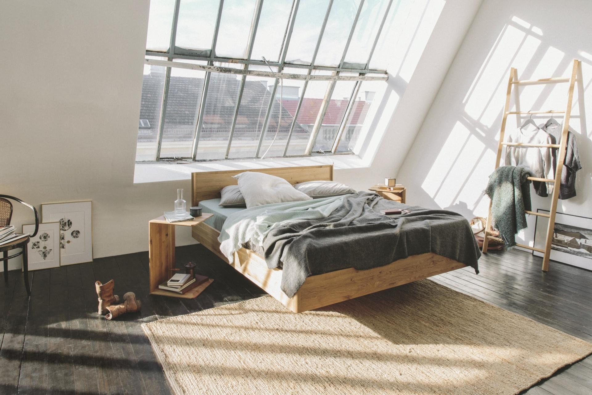 Modernes Schlafzimmer mit Dachschräge und großem Fenster