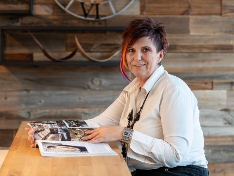 Frau mit weißer Bluse liest das Magazin