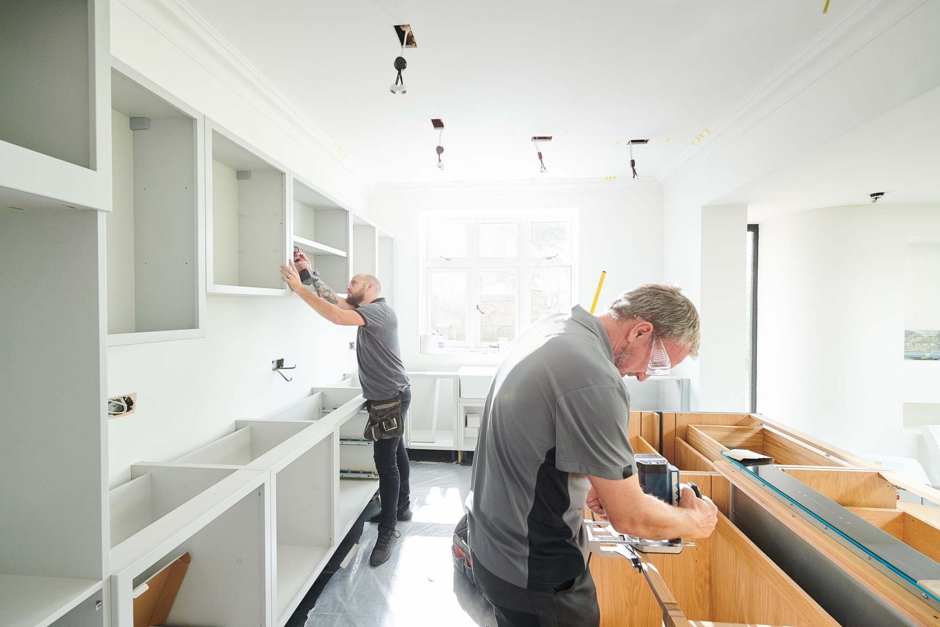 Männer beim Aufbau einer Küche